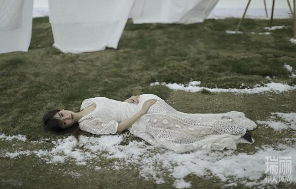 "Angelababy雀斑大片引热议 粉丝感叹""梦回十年前"""