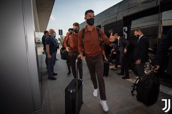 Juventus足球俱乐部队员穿着Loro Piana的制服亮相