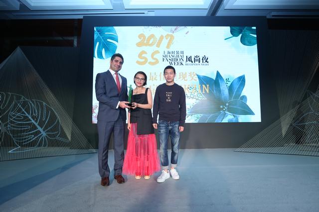 上海新天地朗廷酒店经理Mr. Dean Dimitriou为密扇MUKZIN首席设计师韩雯颁发最佳呈现奖
